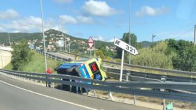 S'accidenta una ambulància a Calonge
